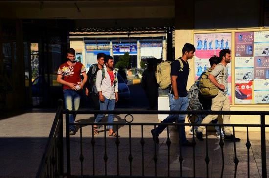大批在伊的阿富汗移民被迫回家(图源:雅虎新闻网)