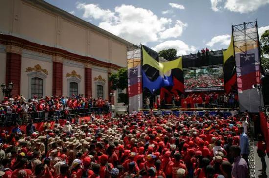 8月6日,在委内瑞拉首都加拉加斯,民众参加集会支持总统马杜罗。新华社发(鲍里斯·贝尔加拉摄)
