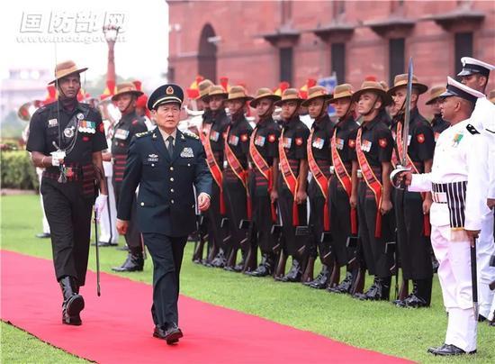 ▲图为魏凤和检阅印三军仪仗队。