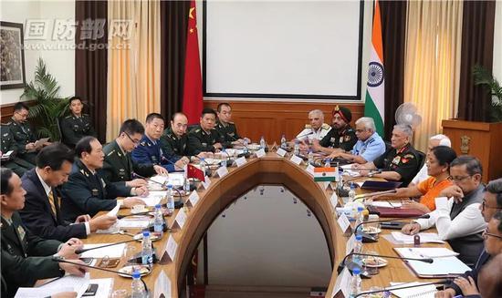▲8月23日上午,正在印度进行正式友好访问的中国国务委员兼国防部长魏凤和与印国防部长希塔拉曼举行会谈。李晓伟 摄