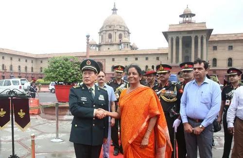 ▲8月23日,中国国防部长魏凤和与印度防长西塔拉曼在会谈前握手。(路透社)