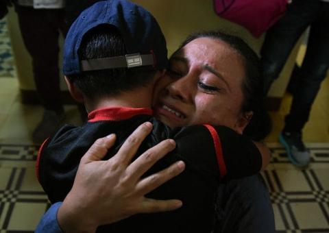一名危地马拉母亲拥抱其归来的孩子(图:法新社)
