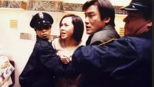 电影《刮痧》中,来到美国的爷爷用中国传统刮痧疗法为孙子治病,孙子被怀疑遭受虐待,家长入狱,骨肉分离。图为电影《刮痧》截图