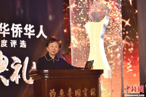 图为评委代表加拿大《加中时报》创办人林蔡亮亮女士,宣布揭晓十大新闻评选结果。<a target='_blank' href='http://www.chinanews.com/' _fcksavedurl='http://www.chinanews.com/'>中新社</a>记者 翟璐 摄