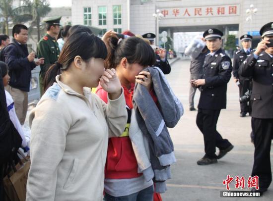 资料图:中国警方向越南警方移交7名被拐越南女子。黄卓 摄