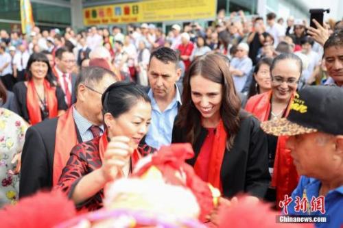 资料图:新西兰总理与华侨华人一起共度春节。<a target='_blank' href='http://www.chinanews.com/' _fcksavedurl='http://www.chinanews.com/'>中新社</a>发 张健勇 摄