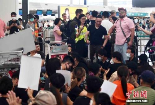 8月13日下午,大批示威者以机场手推车等堵塞香港国际机场1号客运大楼旅客登机行段及保安闸门。 <a target='_blank' href='http://www.chinanews.com/' _fcksavedurl='http://www.chinanews.com/'>中新社</a>记者 麦尚旻 摄