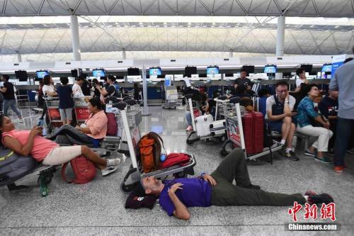 8月13日下午,大批示威者以机场手推车等堵塞香港国际机场1号客运大楼旅客登机行段及保安闸门,旅客未能经1号客运大楼前往离境大堂。机场管理局宣布,所有航班登记服务暂停。 <a target='_blank' href='http://www.chinanews.com/' _fcksavedurl='http://www.chinanews.com/'>中新社</a>记者 麦尚旻 摄