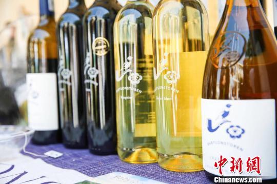 """南非驻华大使馆7日至8日举行""""开放日""""活动,超过两千名中国民众走进使馆感受丰富多彩的南非文化。图为现场供品鉴的南非葡萄酒。 南非驻华大使馆供图 摄"""