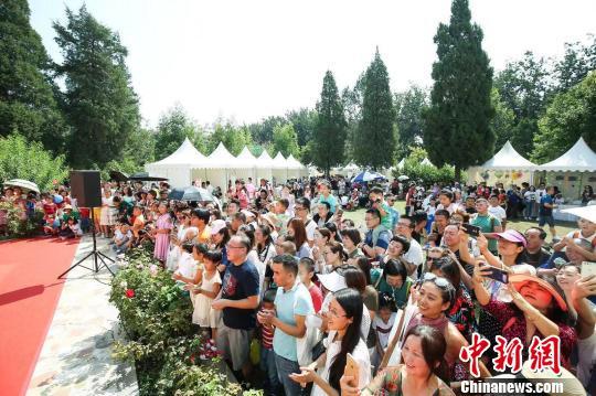 """南非驻华大使馆7日至8日举行""""开放日""""活动,超过两千名中国民众走进使馆感受丰富多彩的南非文化。 南非驻华大使馆供图 摄"""