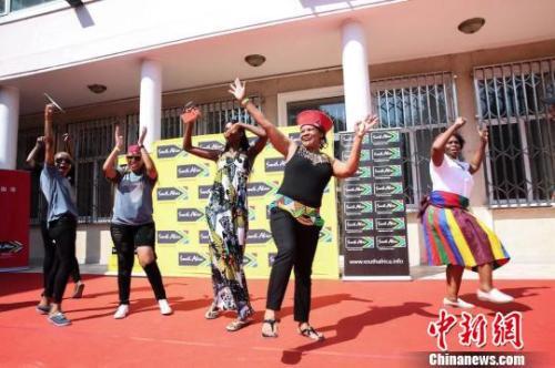 """南非驻华大使馆7日至8日举行""""开放日""""活动,超过两千名中国民众走进使馆感受丰富多彩的南非文化。图为南非歌舞表演。 南非驻华大使馆供图 摄"""