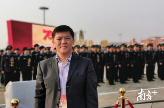 在天安门广场看台上,陈健江近距离观看国庆大阅兵。(受访者供图)