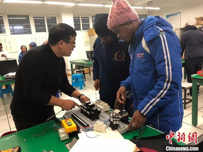 南非留学生在中国企业进行实践学习。温州职业技术学院供图