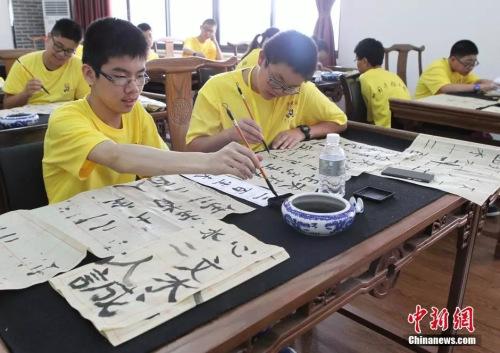 资料图:华裔青少年学写汉字。周毅 摄