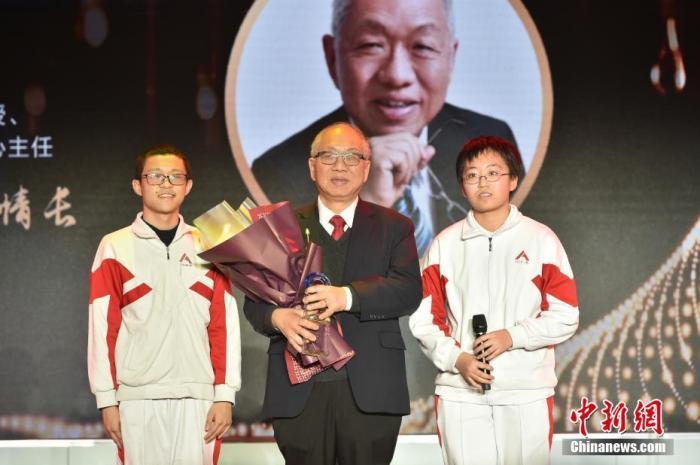 图为中国人民大学附属中学的两位同学为丘成桐献上奖杯,致敬杰出的华人数学家。<a target='_blank' href='http://www.chinanews.com/' _fcksavedurl='http://www.chinanews.com/'>中新社</a>记者 翟璐 摄