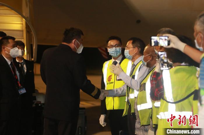 中国侨网图为中国驻德班总领事费明星4日晚间在机场欢迎机组成员。 王曦 摄