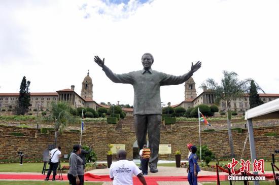 南非举行纪念曼德拉获释30周年活动