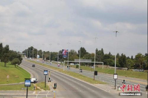 """当地时间4日1日,南非约翰内斯堡,威廉姆·尼克尔大街上几乎没有车辆往来。受疫情影响,南非已经实施全国范围""""封城""""。<a target='_blank'  data-cke-saved-href='http://www.chinanews.com/' href='http://www.chinanews.com/'>中新社</a>记者 王曦 摄"""