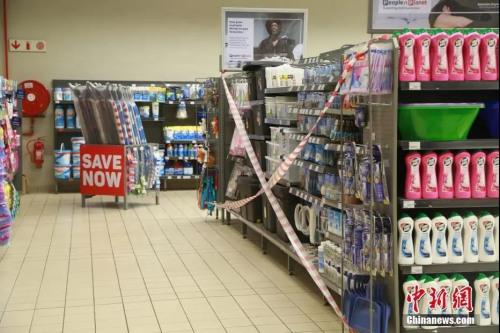 """当地时间4日1日,南非约翰内斯堡一家超市内,凡属于南非政府规定的必需商品名录以外的物品,均被列为""""禁止购买"""",并被拉上封条。<a target='_blank'  data-cke-saved-href='http://www.chinanews.com/' href='http://www.chinanews.com/'>中新社</a>记者 王曦 摄"""