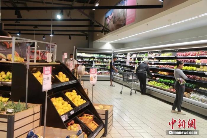 当地时间4日1日,南非约翰内斯堡,一家正常营业的超市内,食品供应基本不受影响,民众挑选自己所需的食品。<a target='_blank'  data-cke-saved-href='http://www.chinanews.com/' href='http://www.chinanews.com/'>中新社</a>记者 王曦 摄