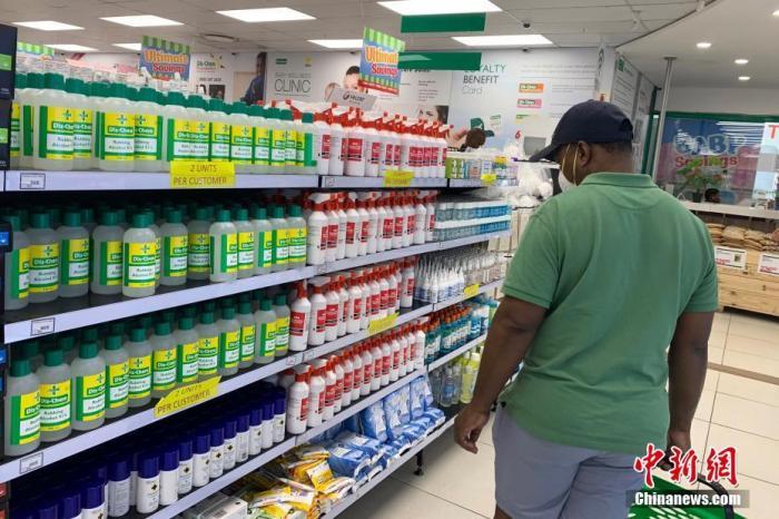 5月1日,南非正式将针对新冠肺炎疫情的封锁等级由最严厉的第五级调低至第四级,这意味着部分商业店铺得以重新开门,民众也可以有限外出活动。图为约翰内斯堡一药店内,顾客正在挑选防疫物资。<a target='_blank' href='http://www.chinanews.com/'>中新社</a>记者 王曦 摄