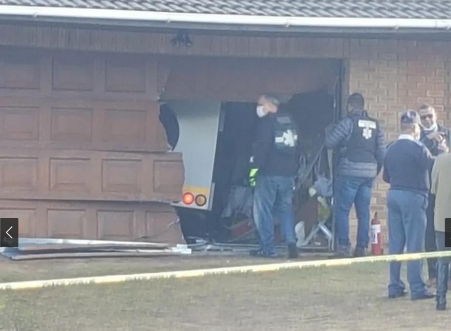 开普敦运钞车抢劫案!枪林弹雨中司机不幸丧生 警方正在搜捕劫匪