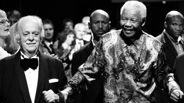 """南非为""""宪法建筑师""""乔治·比索斯举行国葬"""
