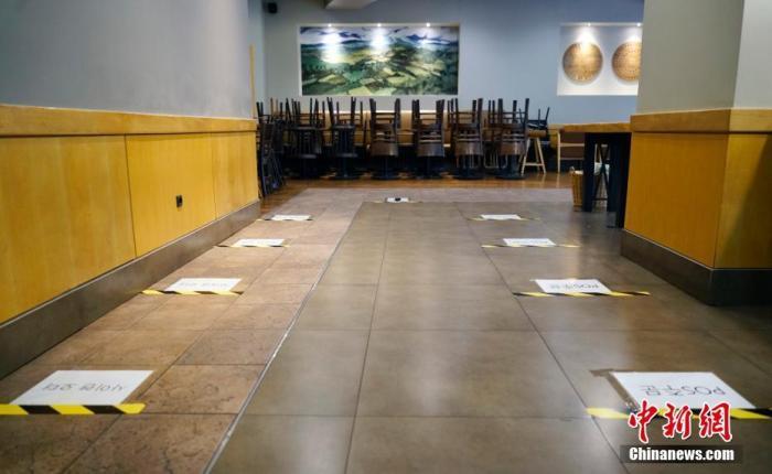 资料图:9月1日,韩国首尔市钟路区一家连锁咖啡厅内,桌椅全被搬空,地上贴有提示,要求等待取餐人员间隔1米以上。 <a target='_blank' href='http://www.chinanews.com/'>中新社</a>记者 曾鼐 摄