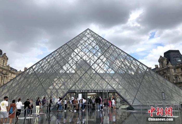 """资料图:当地时间8月14日,巴黎被法国官方列为新冠病毒传播""""高风险地区""""。官方指出新冠病毒在巴黎""""活跃传播"""",授权相关行政部门采取有效措施遏制病毒进一步蔓延。图为当天最后一批民众在卢浮宫外排队等候入场。卢浮宫仍然坚持严格防疫措施,控制入场人数。 <a target='_blank' href='http://www.chinanews.com/'>中新社</a>记者 李洋 摄"""