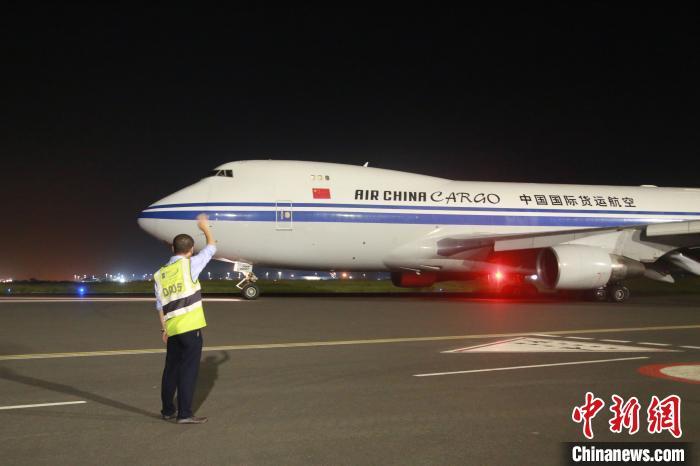 """图为今年2月,李珺在结束运送抗疫物资回国任务后,""""送别""""中国国航货运班级。 王曦 摄"""