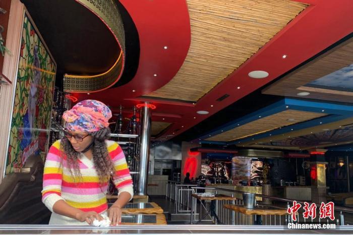 资料图:当地时间8月18日,南非约翰内斯堡一知名酒吧店员正在为重新营业做准备。中新社记者 王曦 摄