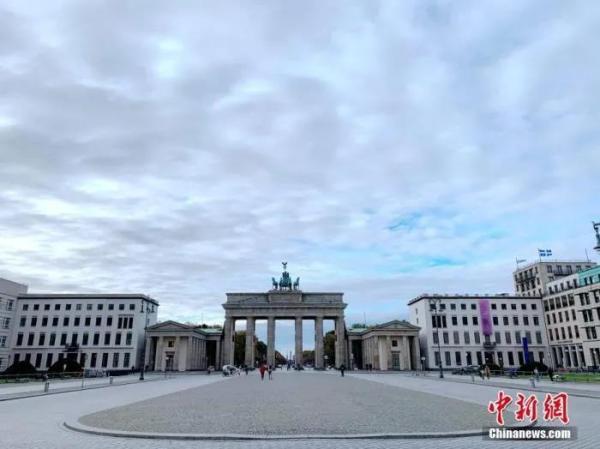 资料图:11月2日下午,柏林地标勃兰登堡门前的巴黎广场行人稀少。<a target='_blank' href='http://www.chinanews.com/'>中新社</a>记者 彭大伟 摄