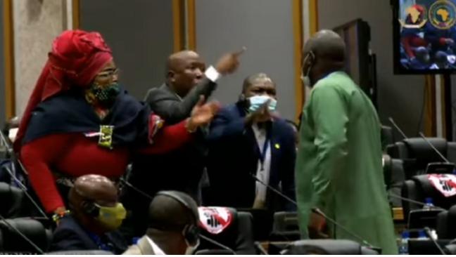 """EFF领袖威胁要在泛非议会中""""杀死""""议员"""