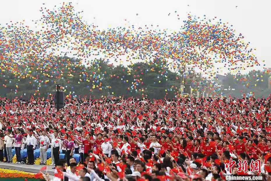资料图:7月1日上午,庆祝中国共产党成立100周年大会在北京天安门广场隆重举行。图为庆祝大会现场放飞气球。<a target='_blank'  data-cke-saved-href='http://www.chinanews.com/' href='http://www.chinanews.com/'>中新社</a>记者 韩海丹 摄