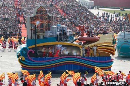 """10月1日上午,庆祝中华人民共和国成立70周年大会在北京天安门广场隆重举行。图为行进中的""""莲花绽放""""澳门彩车。<a target='_blank' href='http://www.chinanews.com/' _fcksavedurl='http://www.chinanews.com/'>中新社</a>记者 盛佳鹏 摄"""