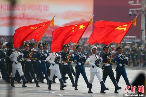 10月1日上午,庆祝中华人民共和国成立70周年大会在北京天安门广场隆重举行。图为三军仪仗队经过观礼台。<a target='_blank' href='http://www.chinanews.com/' _fcksavedurl='http://www.chinanews.com/'>中新社</a>记者 富田 摄