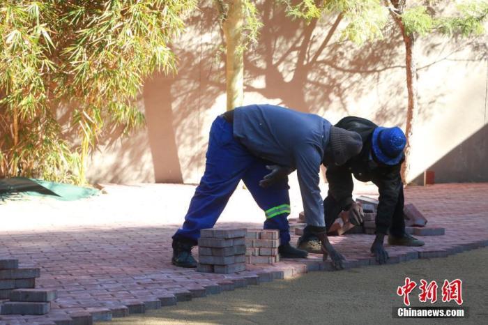 进入六月以来,南非新冠肺炎疫情呈现快速增长态势。日前,<a target='_blank'  data-cke-saved-href='http://www.chinanews.com/' href='http://www.chinanews.com/'>中新社</a>记者走上南非街头,探访南非民众在疫情下的生活。图为南非约翰内斯堡建筑工人在疫情下开工。 <a target='_blank'  data-cke-saved-href='http://www.chinanews.com/' href='http://www.chinanews.com/'>中新社</a>记者 王曦 摄