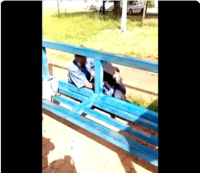 闲的!南非警察醉酒躺在警察局门口