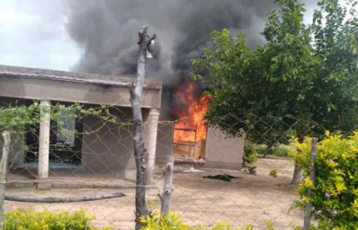 林波波市一名男子在暴民正义袭击中被石头砸死并被放火焚烧