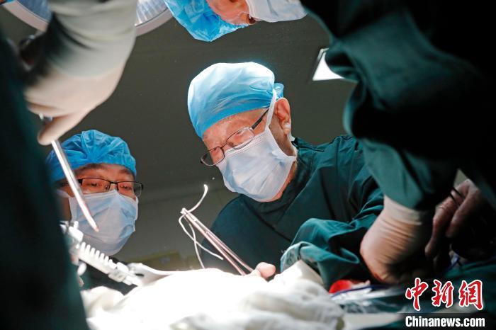 吴孟超为病人做手术。 殷立勤 摄