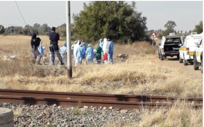 西北省金矿小镇发现20具尸体!南非非法采矿的祸害极其危险
