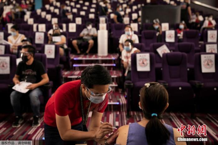 当地时间6月2日,菲律宾马尼拉,一家电影院成为新冠疫苗临时接种点。